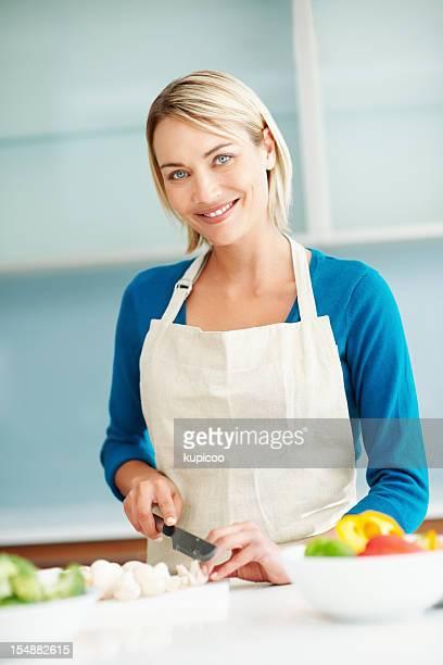 Hübsche Junge Frau Hacken Gemüse