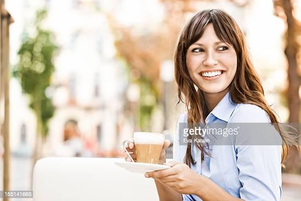 Hübsche Junge Frau trinkt eine Tasse Kaffee