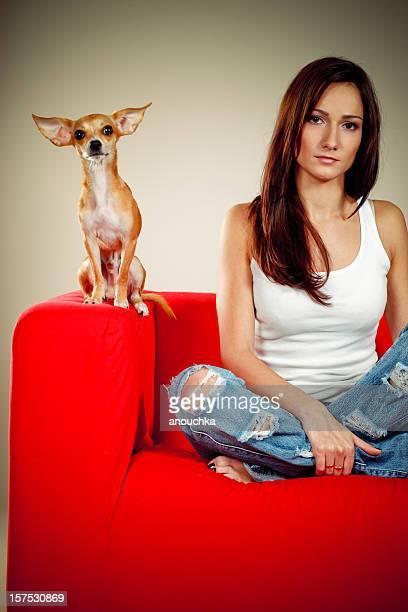 Hübsche Junge Frau auf der couch mit ihrem schönen chihuahua