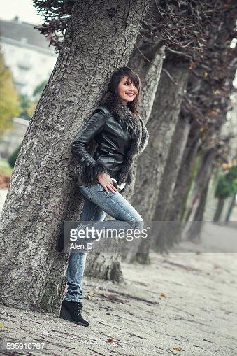 Bonita jovem Posando ao ar livre : Foto de stock