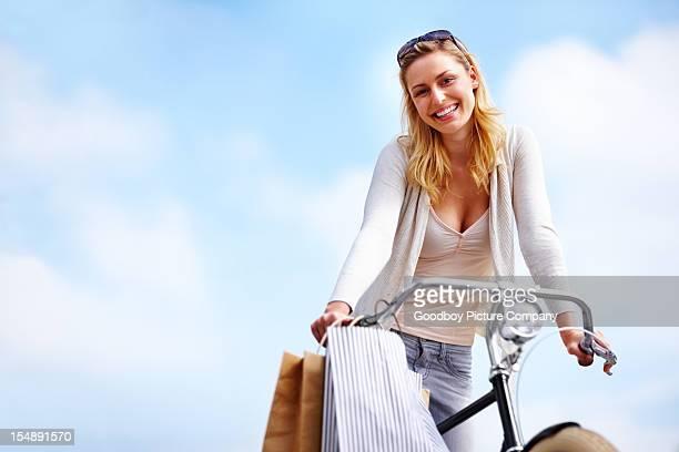 Hübsche Junge Frau Reiten Ihr Fahrrad-Copyspace