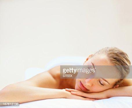 美しい若い女性は目を閉じたスパでリラックス