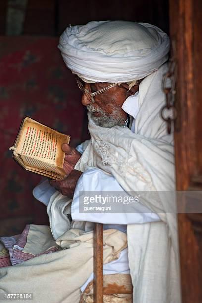 Priester liest in der Bibel, Lalibela, Äthiopien