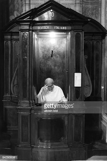 Priester in einem Beichtstuhl in einer Kirche in Rom1984