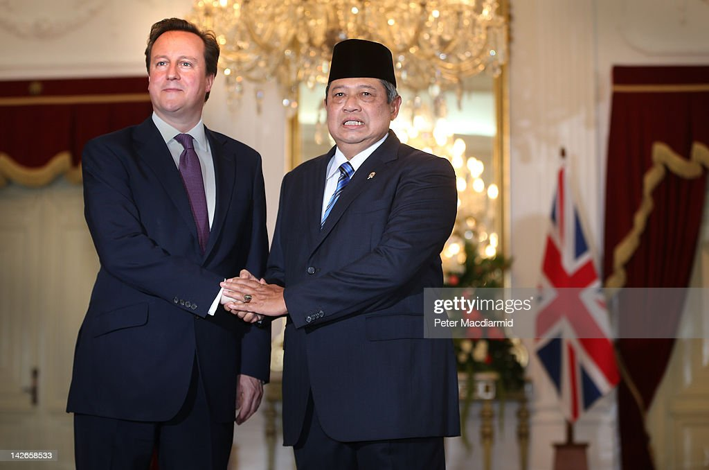 Prime Minister <a gi-track='captionPersonalityLinkClicked' href=/galleries/search?phrase=David+Cameron+-+Politician&family=editorial&specificpeople=227076 ng-click='$event.stopPropagation()'>David Cameron</a> (L) meets with President <a gi-track='captionPersonalityLinkClicked' href=/galleries/search?phrase=Susilo+Bambang+Yudhoyono&family=editorial&specificpeople=206513 ng-click='$event.stopPropagation()'>Susilo Bambang Yudhoyono</a> at The Presidential Palace on April 11, 2012 in Jakarta, Indonesia. Mr Cameron is on a five day visit to the Far East.