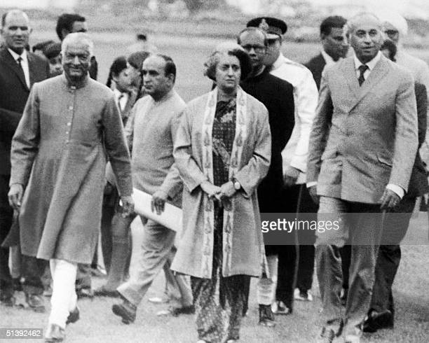 Prime Minister Indira Gandhi of India and Pakistani President Ali Bhutto walk together 28 June 1972 in Simla where they met for a summit