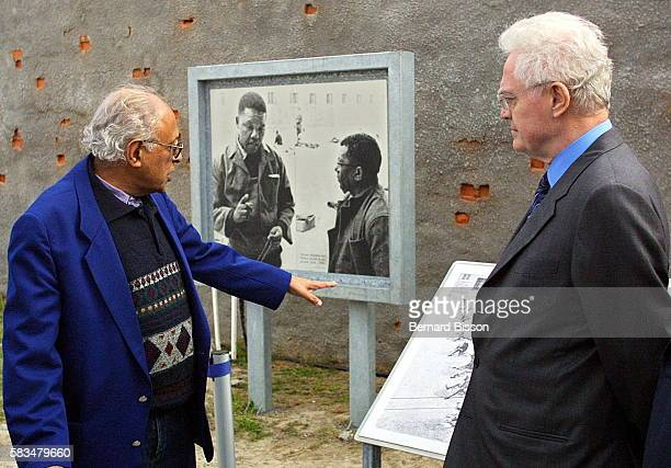 Prime Minister Lionel Jospin in the presence of an former prisoner Ahmed Kathrada in the court yard of the prison where Nelson Mandela was imprisoned