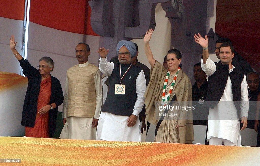 Prime Minister Manmohan Singh, Congress President Sonia Gandhi, General Secretary Rahul Gandhi, Delhi CM Sheila Dikshit and DPCC President JP Agarwal wave to crowd at the party's FDI Rally at Ramlila Maidan in New Delhi on Sunday, 4th November 2012.