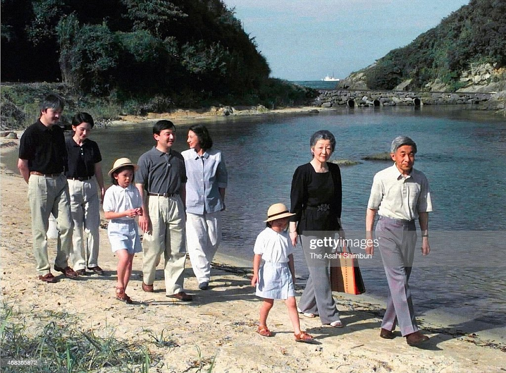Prince Akishino, Princess Kiko of Akishino, Princess Mako of Akishino, Crown Prince Naruhito, Crown Princess Masako, Princess Kako of Akishino, Empress Michiko and Empress Akihito stroll at a beach outside the Suzaki Imperial Villa on August 26, 1999 in Shimoda, Shizuoka, Japan.