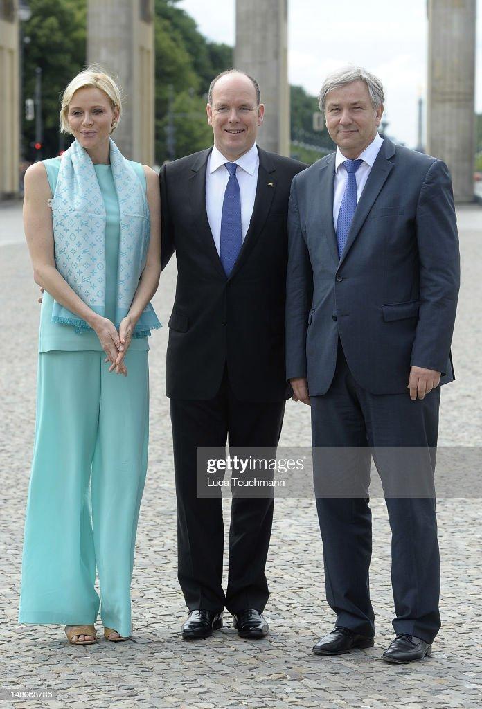 Prince Albert II (C) and Princess Charlene of Monaco pose with Berlin Mayor Klaus Wowereit in front of the Brandenburg Gate on July 9, 2012 in Berlin, Germany.