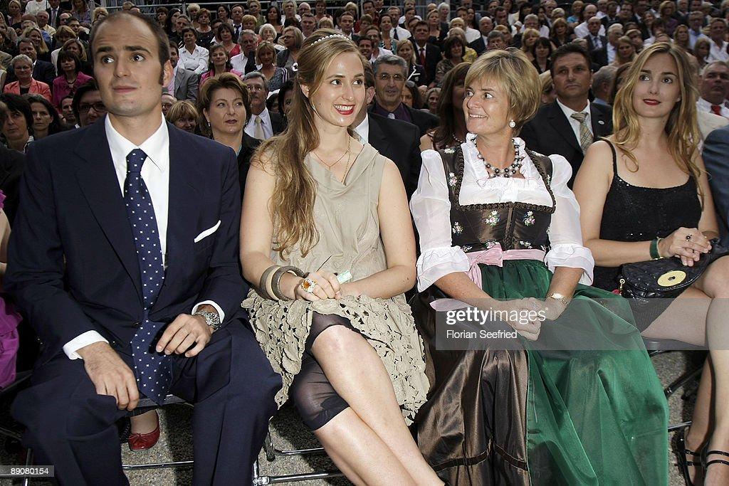 Albert von Thurn und Taxis (L) and mother princess Gloria von Thurn ...