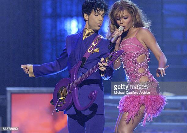 Prince and Beyonce peform a medley of his hits