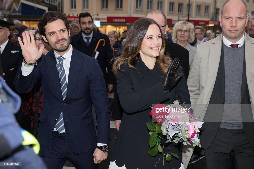 Prince Carl Philip and Princess Sofia arrive at the city Hall during Visit Varmlandon October 21, 2016 in Varmland, Sweden.