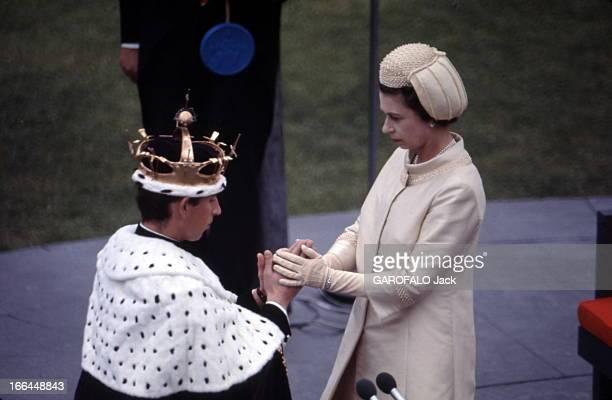 Prince Charles Enthroned Prince Of Wales La cérémonie de Caernarvon où le prince CHARLES a été intronisé XXIème prince de Galles agenouillé couronne...