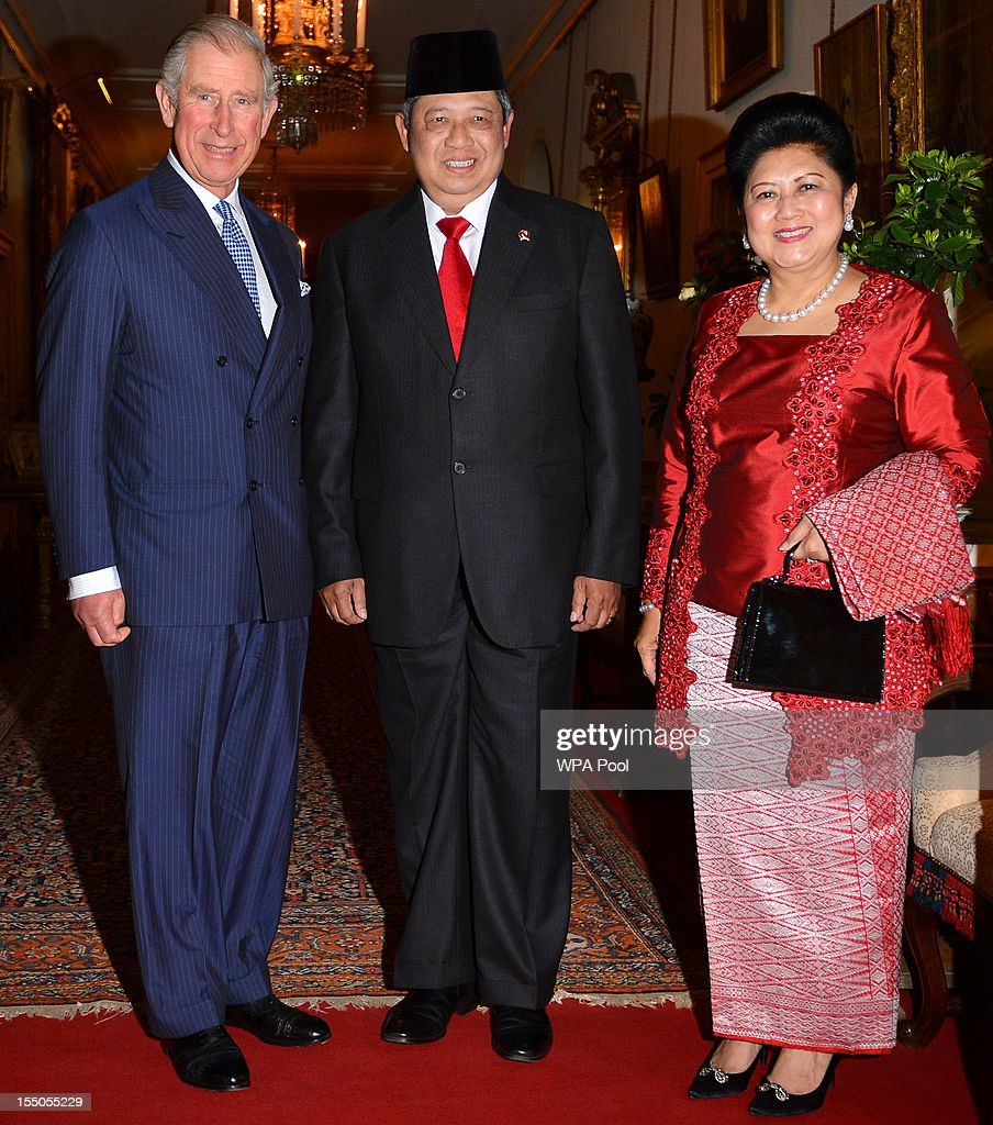 <a gi-track='captionPersonalityLinkClicked' href=/galleries/search?phrase=Prince+Charles&family=editorial&specificpeople=160180 ng-click='$event.stopPropagation()'>Prince Charles</a>, Prince of Wales (L), Indonesian President <a gi-track='captionPersonalityLinkClicked' href=/galleries/search?phrase=Susilo+Bambang+Yudhoyono&family=editorial&specificpeople=206513 ng-click='$event.stopPropagation()'>Susilo Bambang Yudhoyono</a> (C) and wife <a gi-track='captionPersonalityLinkClicked' href=/galleries/search?phrase=Ani+Bambang+Yudhoyono&family=editorial&specificpeople=5589933 ng-click='$event.stopPropagation()'>Ani Bambang Yudhoyono</a> during a visit to the Oxford Centre for Islamic Studies exhibition at Clarence House on October 31, 2012 in London, England. During President Yudhoyono and his wife's three day State Visit to the UK they will stay in Buckingham Palace and meet with members of the Royal Family, Prime Minister David Cameron and lay a wreath at the Grave of the Unknown Warrior in Westminster Abbey.