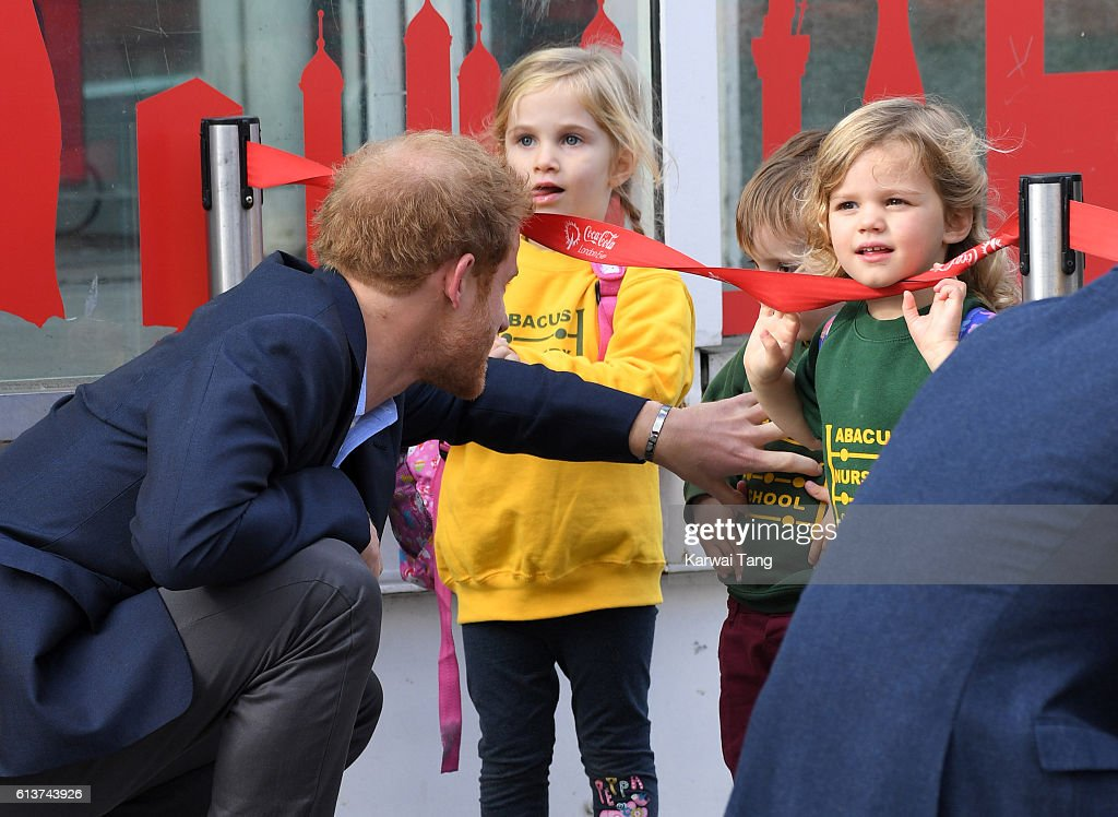 prince-harry-arrives-to-celebrate-world-mental-health-day-with-heads-picture-id613743926