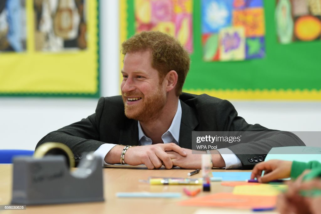 prince-harry-meets-pupils-on-the-yes-you-can-personal-development-picture-id656030626