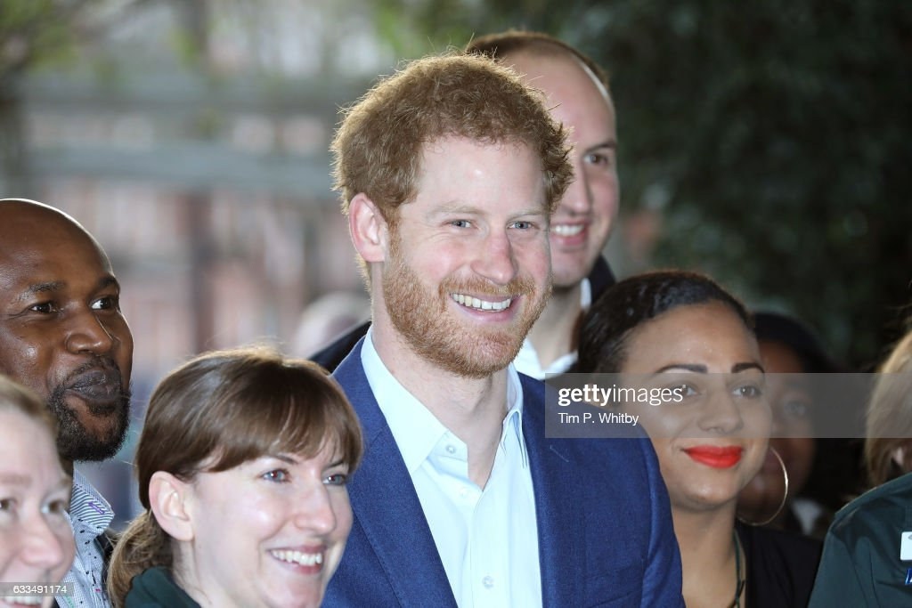 prince-harry-poses-for-a-photograph-with-staff-after-a-visit-to-the-picture-id633491174
