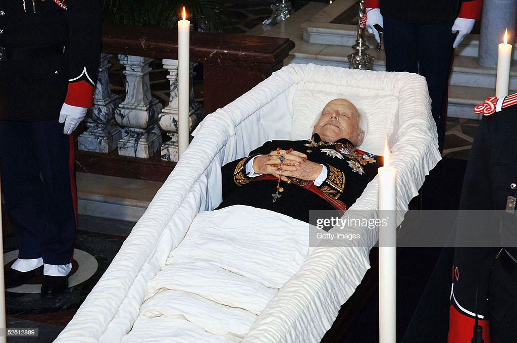 Prince Rainier III of Monaco lies in state surrounded by Monaco guards in the Monaco Palace chapel on April 10 2005 in Monte Carlo Monaco Prince...