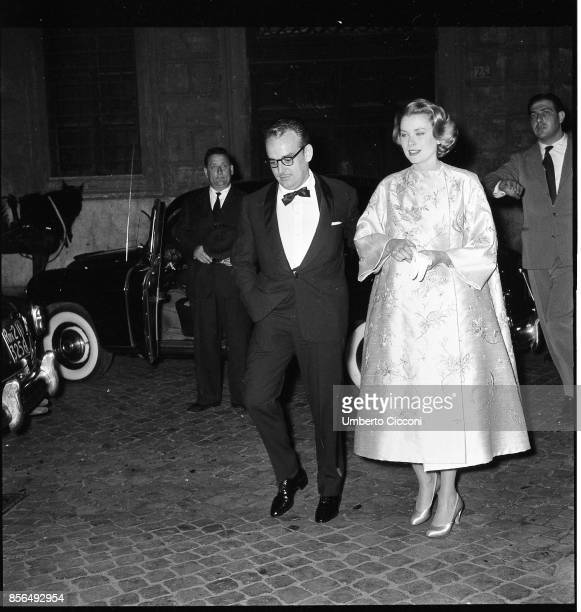 Prince Ranieri di Monaco with American actress Grace Kelly in Rome in 1957 They were at the Osteria dell'Orso