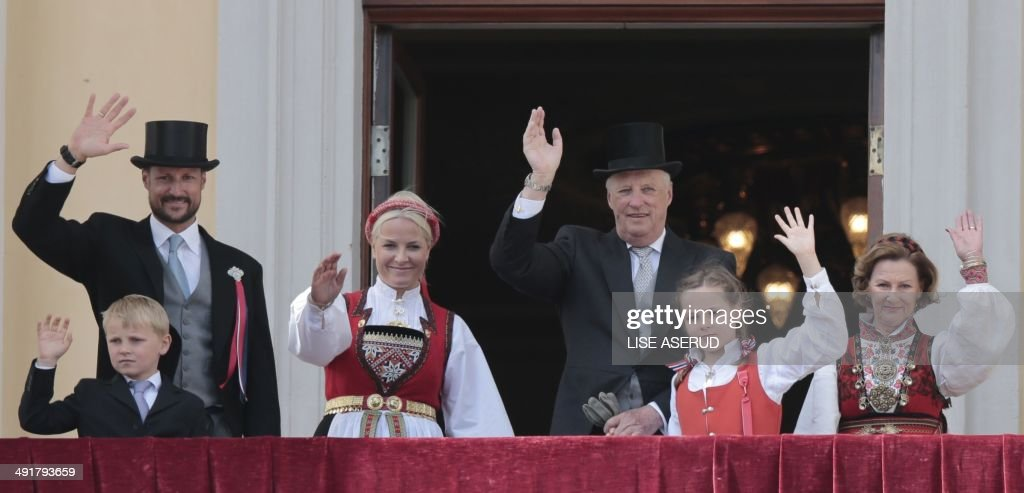 Prince Sverre Magnus, Crown Prince Haakon, Crown Princess Mette-Marit, King Harald, Princess Ingrid Alexandra and Queen Sonja salute from the balcony of the Royal Palace in Oslo during celebration of the Norwegian Constitution Day, May 17, 2014 during the commemoration of the 200 year anniversary of Norway's constitution. 112 representatives from the whole country gathered at Eidsvoll Manor to write a constitution, all done in a short time span of six weeks, from April 10, 1814. AFP PHOTO / NTB SCANPIX / LISE ASERUD +++ NORWAY OUT
