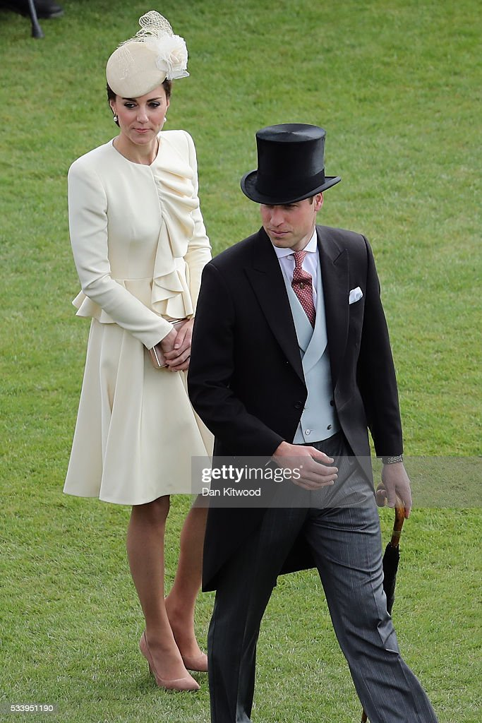 Prince William, Duke of Cambridge and <a gi-track='captionPersonalityLinkClicked' href=/galleries/search?phrase=Catherine+-+Duchesse+de+Cambridge&family=editorial&specificpeople=542588 ng-click='$event.stopPropagation()'>Catherine</a>, Duchess of Cambridge arrive to greet guests attending a garden party at Buckingham Palace on May 24, 2016 in London, England.