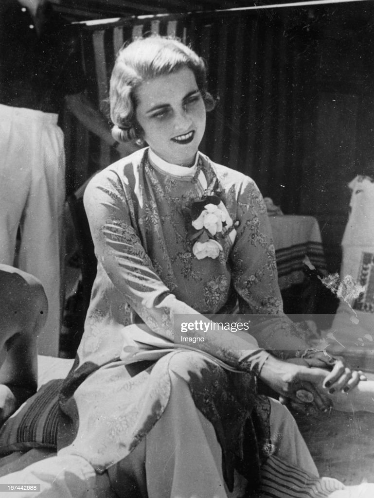 Princess Alexis Mdivani (former <a gi-track='captionPersonalityLinkClicked' href=/galleries/search?phrase=Barbara+Hutton&family=editorial&specificpeople=930426 ng-click='$event.stopPropagation()'>Barbara Hutton</a>/Woolworth-heiress) at the Lido in Venedig. Photograph. 1934. (Photo by Imagno/Getty Images) Prinzessin Alexis Mdivani (vormals <a gi-track='captionPersonalityLinkClicked' href=/galleries/search?phrase=Barbara+Hutton&family=editorial&specificpeople=930426 ng-click='$event.stopPropagation()'>Barbara Hutton</a>/Woolworth-Erbin) am Lido in Venedig. Photographie. 1934.