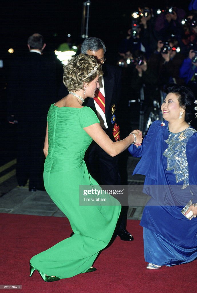 Princess Diana Arriving For A Banquet, At The Dorchester Hotel In London Hosted During The Malaysian State Visit. A Misunderstanding Caused Her To Breach Protocol As She Curtseys To One Of The Malaysian Ladies Who In Turn Is Curtsying To Her.
