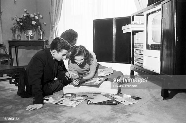 Princess Fazile A 'Jeune Parisienne' To Become Queen Of Iraq Paris novembre 1957 La princesse FAZILE et son frère AHMED écoutent des disques assis...