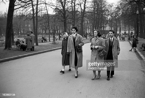Princess Fazile A 'Jeune Parisienne' To Become Queen Of Iraq Paris novembre 1957 Une jeune femme non identifiée la princesse HANZADE sa fille la...
