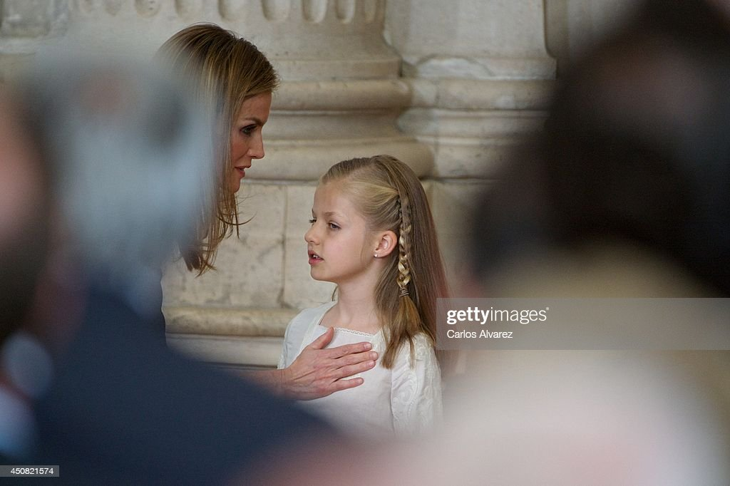 Princess <a gi-track='captionPersonalityLinkClicked' href=/galleries/search?phrase=Letizia+of+Spain&family=editorial&specificpeople=158373 ng-click='$event.stopPropagation()'>Letizia of Spain</a> (L) and Princess <a gi-track='captionPersonalityLinkClicked' href=/galleries/search?phrase=Leonor+-+Princess+of+Asturias&family=editorial&specificpeople=6328965 ng-click='$event.stopPropagation()'>Leonor</a> of Spain (R) attends the official abdication ceremony at the Royal Palace on June 18, 2014 in Madrid, Spain.