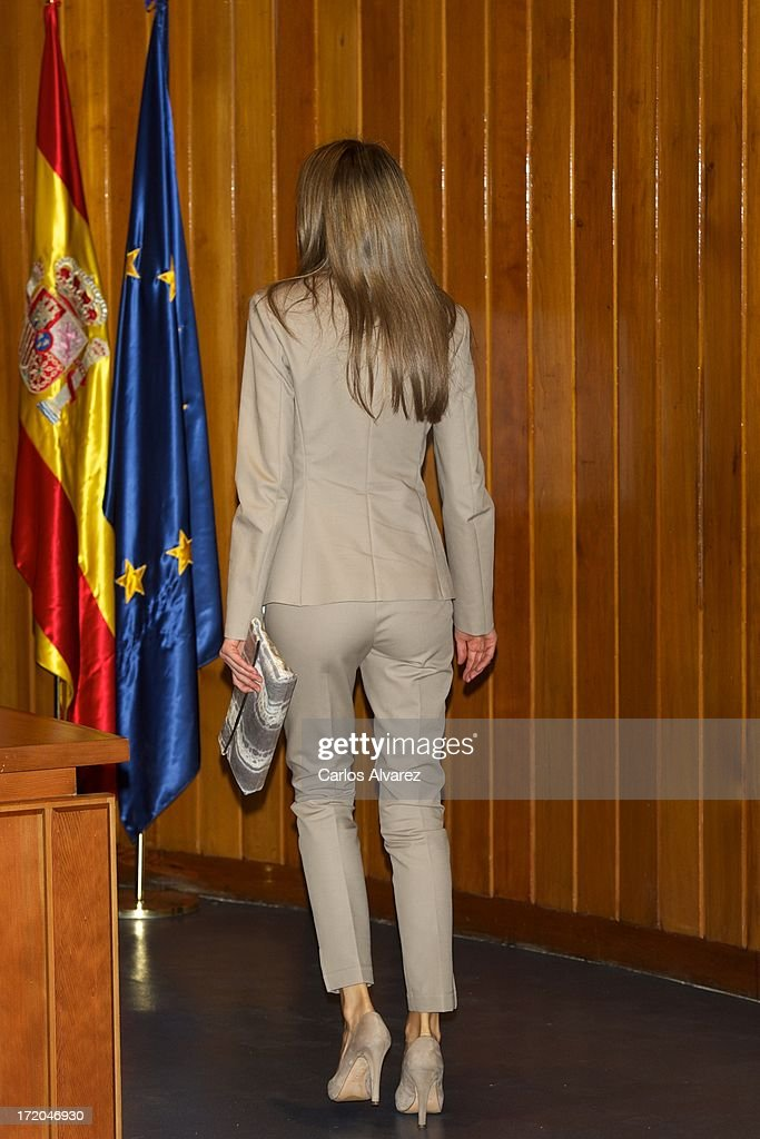 princess-letizia-of-spain-attends-the-proyecto-promociona-at-the-of-picture-id172046930