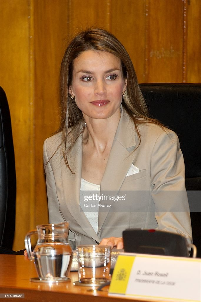 princess-letizia-of-spain-attends-the-proyecto-promociona-at-the-of-picture-id172046932
