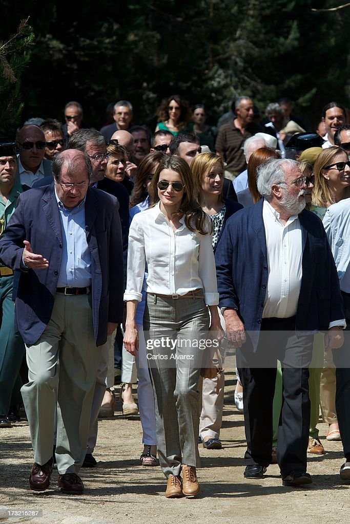 Princess <a gi-track='captionPersonalityLinkClicked' href=/galleries/search?phrase=Letizia+of+Spain&family=editorial&specificpeople=158373 ng-click='$event.stopPropagation()'>Letizia of Spain</a> (C) visits the new National Park of Sierra de Guadarrama on July 10, 2013 in Rascafria, near of Madrid, Spain.