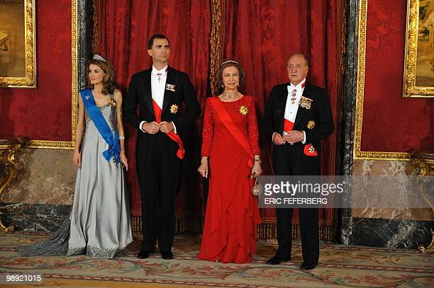 Princess Letizia Prince Felipe Queen Sofia and King Juan Carlos I pose before a gala dinner with French President Nicolas Sarkozy and his wife Carla...