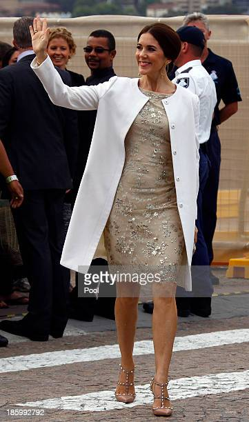 Princess Mary of Denmark waves to members of the public as she arrives at the 40th Anniversary Gala Concert for the Sydney Opera House on October 27...