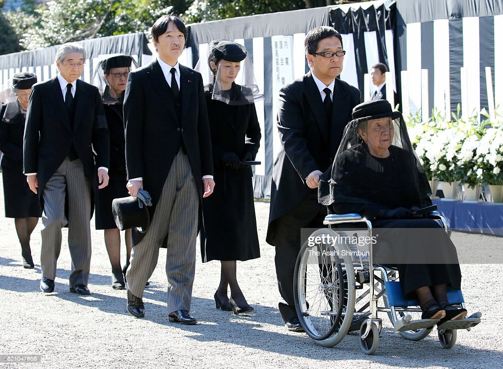 Princess Yuriko of Mikasa (1st R), Prince Akishino (4th R) and Princess Kiko of Akishino (3rd R) attend the funeral of late Prince Mikasa at Toshimagaoka Cemetery on November 4, 2016 in Tokyo, Japan.