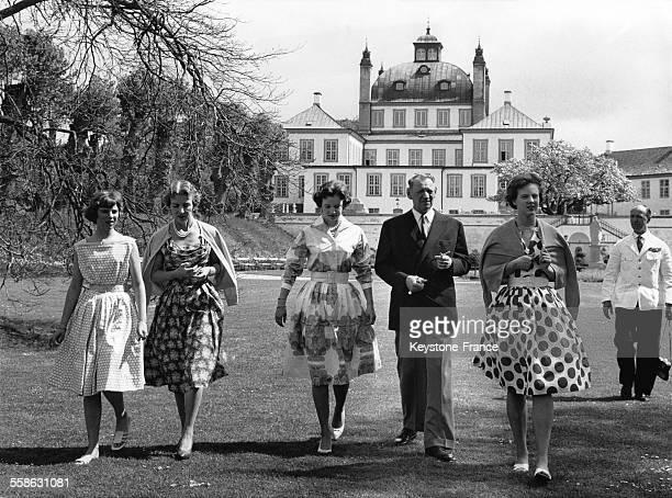 Princesse AnneMarie Reine Ingrid Princesse Benedikte Roi Frederik et Princesse Margrethe une famille comme une autre dans le parc du Palais...