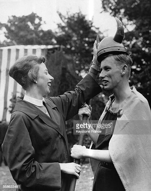 Princesse Elisabeth aide son frere le Prince Christian neveu du Roi du Danemark a endosse son costume pour la repetition de la piece de theatre...
