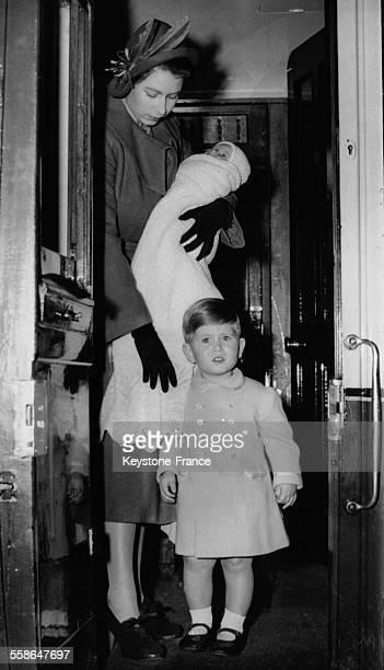 Princesse Elizabeth tenant dans ses bras sa fille la Princesse Anne agee de un mois a cote d'elle son fils le Prince Charles age de 2 ans dans le...
