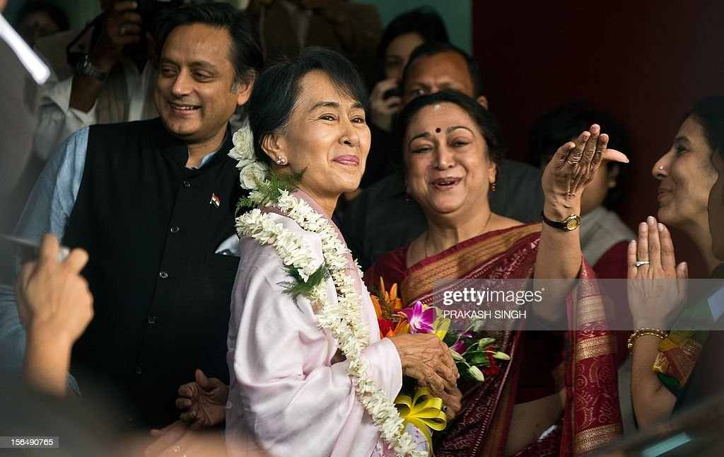 Principal of Lady Sri Ram College Meenakshi Gopinath (2R) gestures while welcoming Myanmar opposition leader and National League for Democracy Chairperson Aung San Suu Kyi (C) during her visit to Lady Sri Ram College in New Delhi on November 16, 2012. Suu Kyi is in India for a seven day visit. AFP PHOTO/ Prakash SINGH