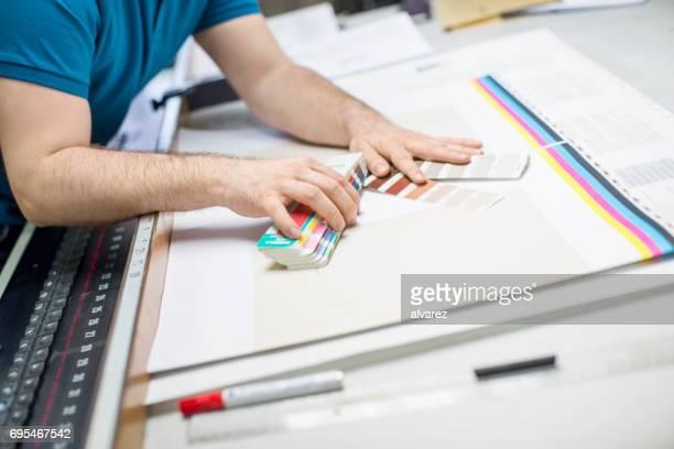 Druckmaschine Arbeiter mit Farbmuster