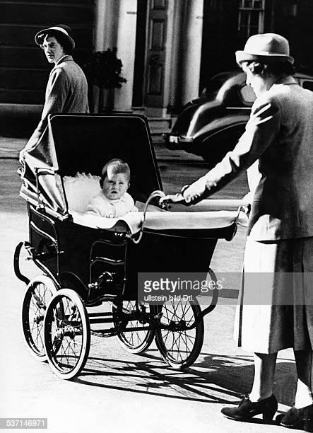 Prinz Charles *1948 im Kinderwagen mit seinem Kindermädchen Ms Lighthouse