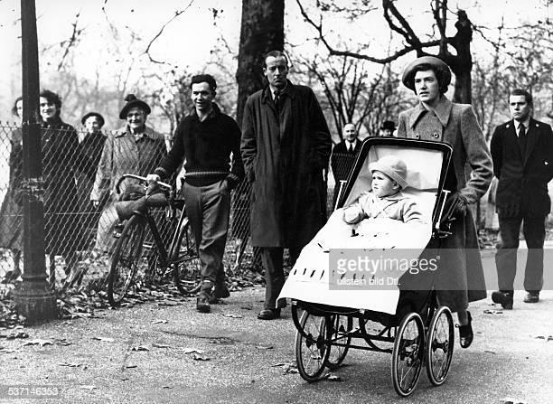 Prinz Charles *1948 im Kinderwagen mit seinem schottischen Kindermädchen Mabel Anderson