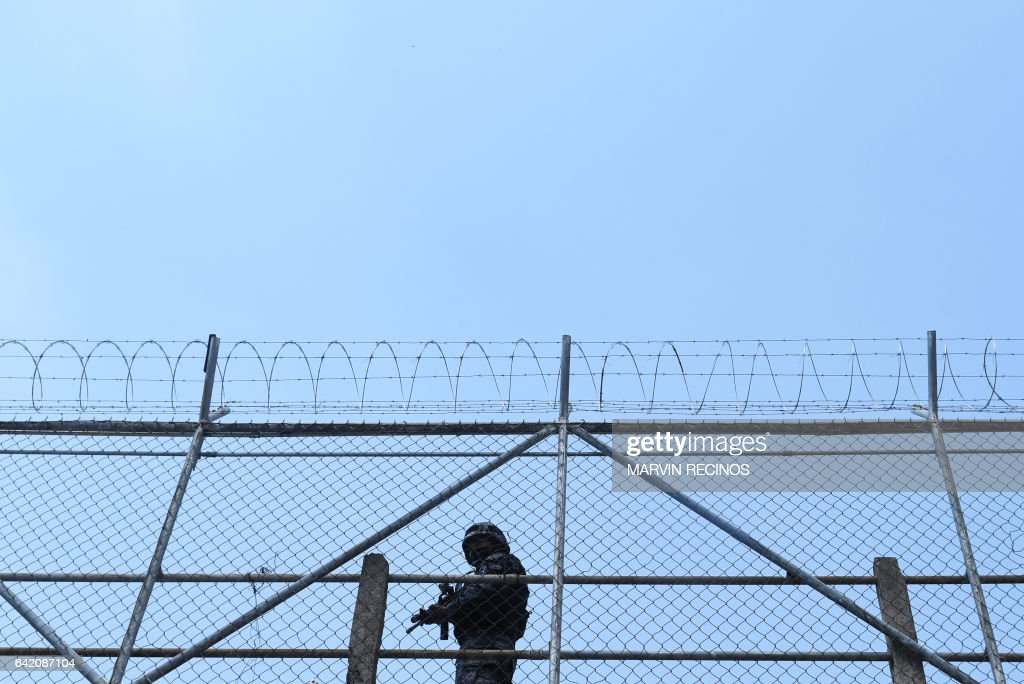 A prison guard keeps watch at the San Francisco Gotera prison, 165 km from San Salvador, on February 16, 2017. In the San Francisco Gotera prison there are 1122 gang members, from whom more than 500 say having abandoned their gangs and feel sorry for their crimes. / AFP / Marvin RECINOS
