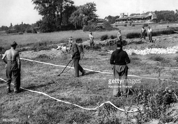 Prisonnier de guerre stock photos and pictures getty images for Cout pour cloturer un terrain