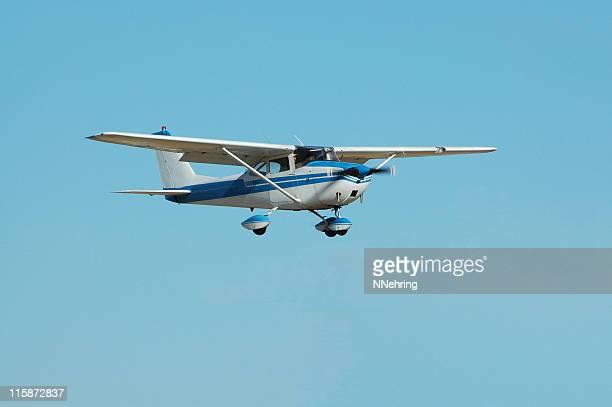 Avion privé Cessna 172 dans le ciel bleu clair
