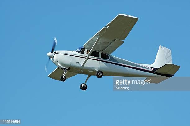 Avion privé Cessna 182 Volant dans le ciel bleu clair