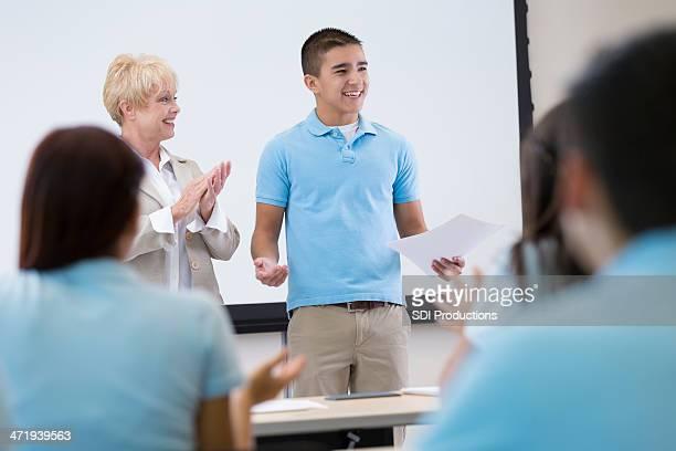 Lycée étudiant donner un discours devant en configuration salle de classe