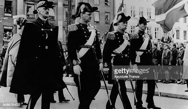 Procession derrière le cercueil du roi Christian X de Danemark avec le roi Haakon de Norvège le prince Georges de Grèce et le prince Knud alors...